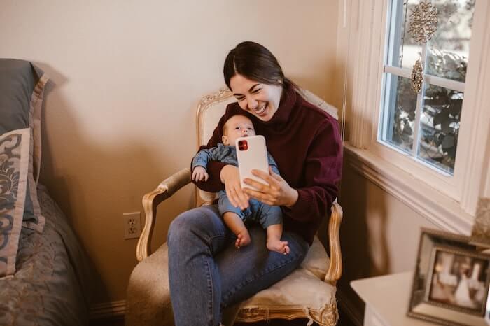 写真を撮る子供とお母さん