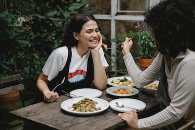 美味しい料理を女性に勧める人