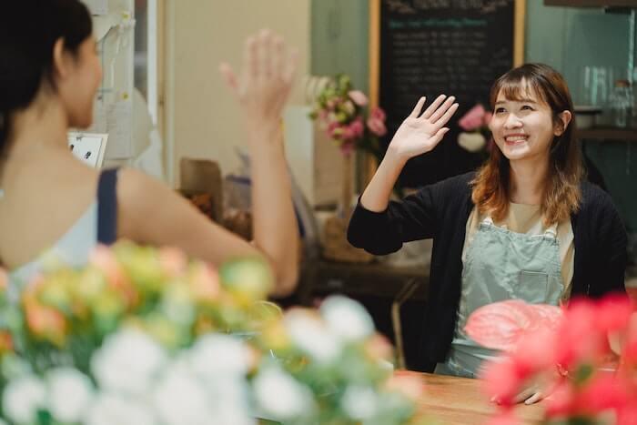 挨拶をする花屋の女性