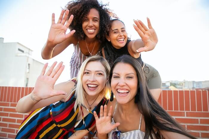 笑顔の4人の女性
