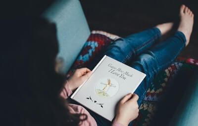 好きな本を手に取る