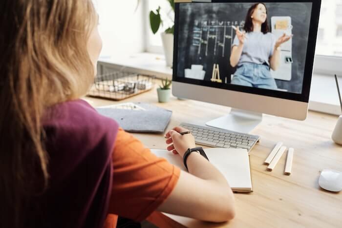 ネットで勉強する女性