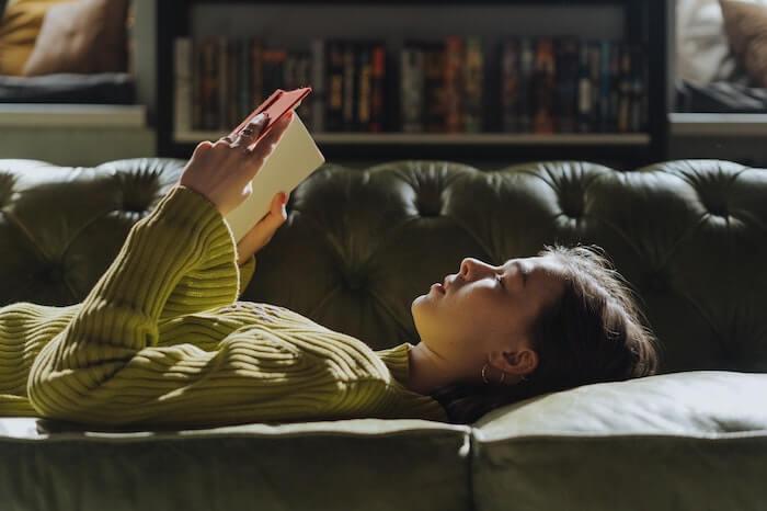 寝ながら勉強する女性