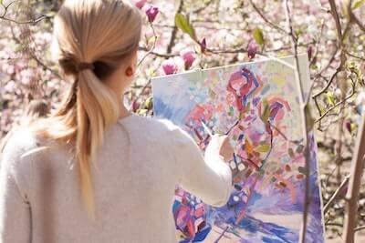 美しい花を描く女性