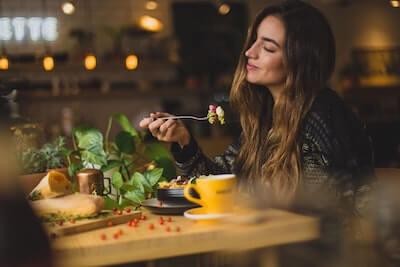 食べることを楽しむ女性