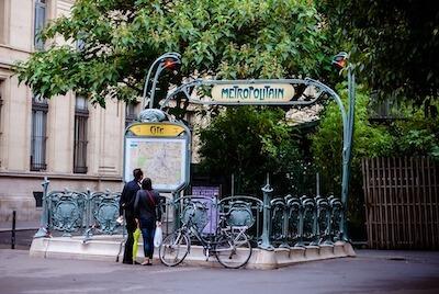 パリの地下鉄の出入り口