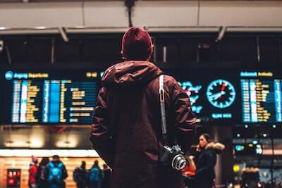 空港から旅立つ人