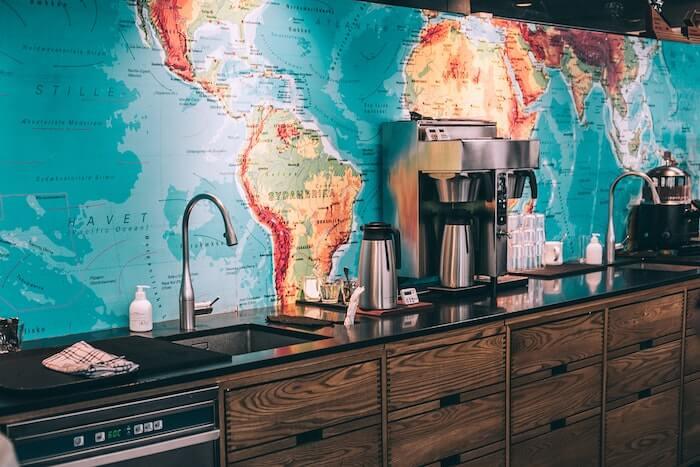 世界地図が壁紙のカフェ