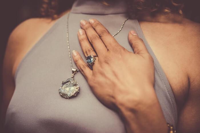 女性が付けているネックレスの宝石