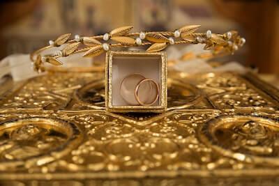 金の指輪とアクセサリー