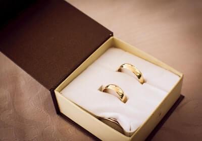 金色のペアの指輪