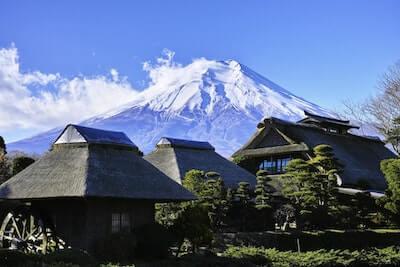 富士山と茅葺き屋根の家