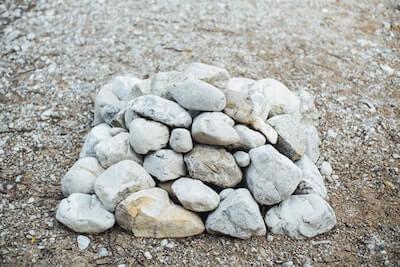積まれた白い石