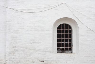 石造の白い家の壁