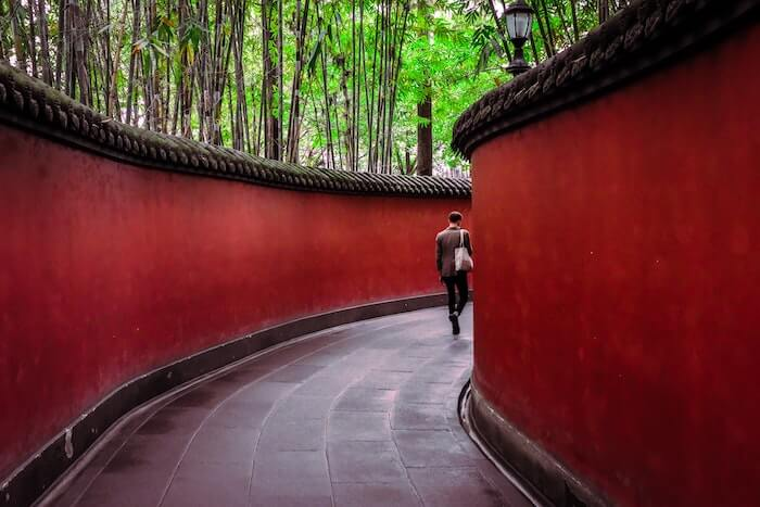 赤い石の塀