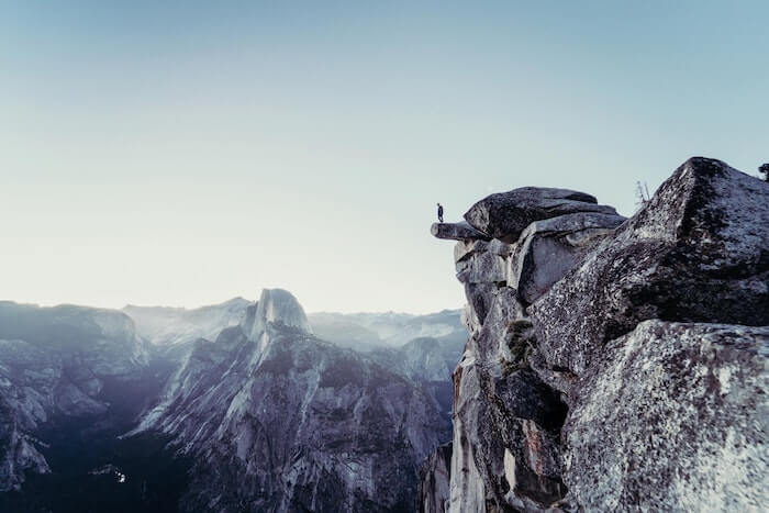 崖の上に立つ登山者