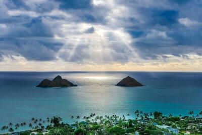 日がさす海