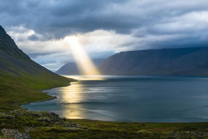 湖面に挿す光