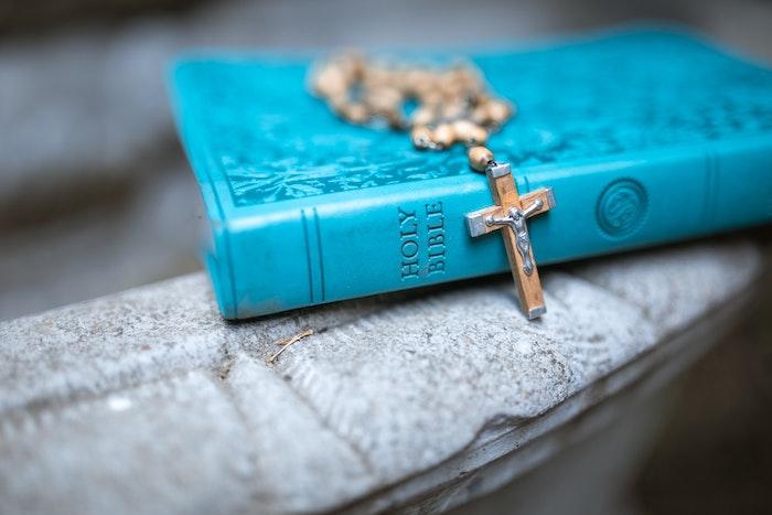 聖書と十字架のペンダント