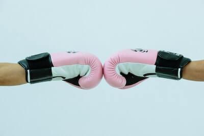 ボクシンググローブを突き合わせる二人