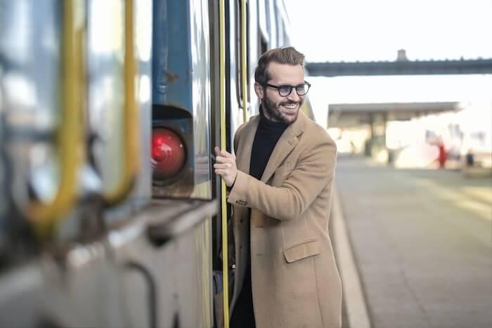 汽車に乗り込む男性
