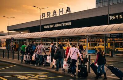 空港に向かう人々
