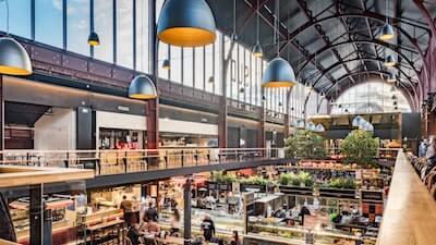 大型のスーパーマーケットの景色