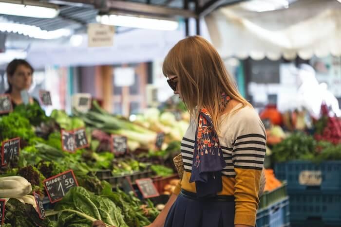 市場で買い物をする女性