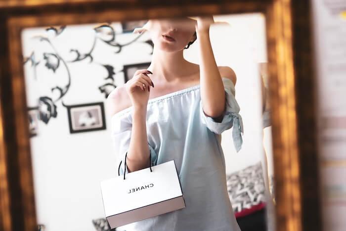 シャネルのバッグを持つ女性